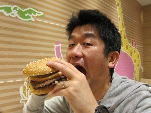 ハンバーガーを食べる旦那くん