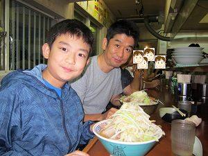 息子くんとラーメン二郎を食べる旦那くん