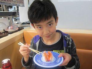 お寿司を食べる息子くん