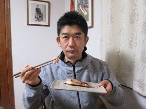 焼き魚を食べる旦那くん