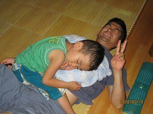 旦那くんのお腹の上で寝ちゃた息子くん