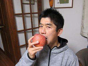 りんごを食べる旦那くん