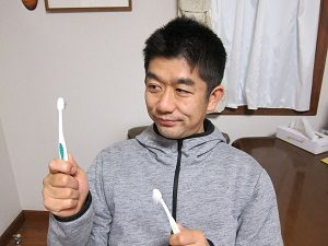 2本の歯ブラシで歯磨きをする旦那くん