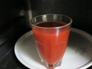 トマトジュースを電子レンジで温めます