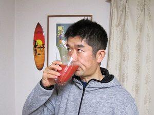 ホットトマトジュースを飲む旦那くん