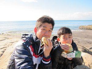 ハンバーガーを食べる旦那くんと息子くん