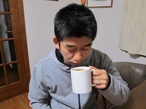紅茶の香りをかぐ旦那くん