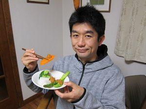 温野菜を食べる旦那くん