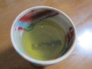 緑茶におしゃぶり昆布を入れてミタ