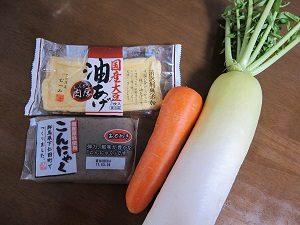 材料は根野菜の大根とニンジン。そして油揚げとコンニャク