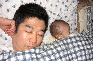 昼寝をする旦那くんと息子くん
