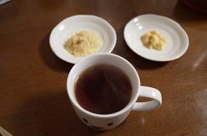 生姜のすりおろしを紅茶に入れます