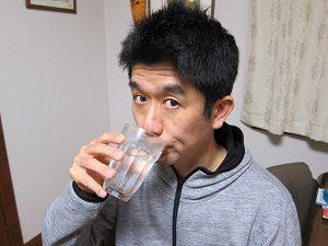 炭酸水を飲む旦那くん