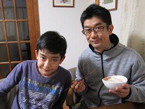 脂肪燃焼スープを食べる旦那くんと息子くん