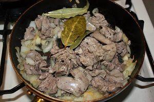 茹でたレバーを玉ネギを合わせて軽く炒める。