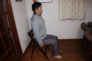 骨盤が歪まない体になろう。まずは椅子に座って・・・・