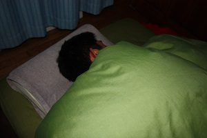 寝ている旦那くんのつぼをマッサージ