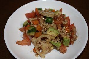 アボカド、きゅうりバージョンのもち麦サラダ