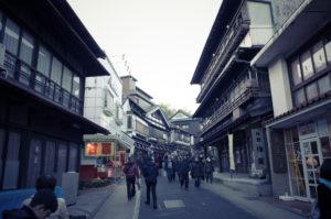 成田山の参道。お土産屋さんで藁納豆を探してます