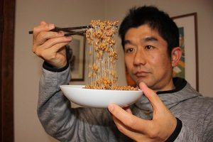 藁納豆、糸のひき方がスゴイ!