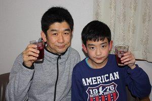 息子くんも赤しそジュース、飲んでます。