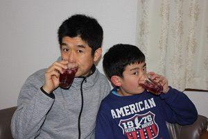 旦那くんと息子くん、仲良く赤しそジュース飲んでます。
