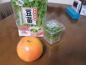 ブロッコリースプラウトのサラダにグレープフルーツをトッピング