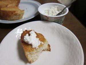 カッテージチーズをパンに塗るとこんな感じ。