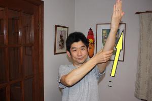 腕をマッサージしてる時に腕を上に挙げましょう