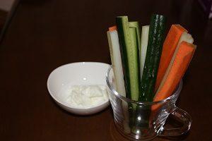 ダイエット指導中の旦那くんには野菜スティックに水切りヨーグルトを添えて。