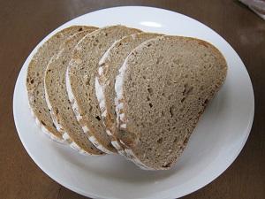 ライ麦パンってこんな感じ。色が濃いほどライ麦の割合が多い