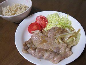 生姜はちみつと豚肉。この組み合わせ良く合うよん。この生姜焼きはココナッツオイルで作って見た。ごはんは玄米ね。