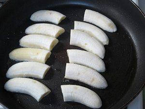 Amiはフライパンでホットバナナを作ってるよん