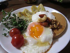 目玉焼とホットバナナ、朝食におすすめよん