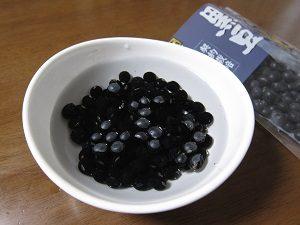 黒豆を水に浸して戻します