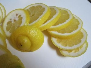 レモン酢ダイエットに使うレモン。厚さはこの位にカット