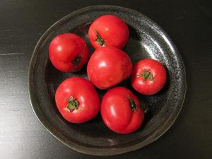 今日買ってきたトマト。色が濃くてリコピンたっぷりって感じ。