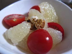 グレープフルーツのサラダ。アタシの芸風じゃないが、オサレに作ってミタ。タイガーナッツを添えて