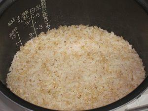 大麦、炊いてミタ。実はコレ、白米じゃなくて玄米に混ぜて大麦を炊いたの。